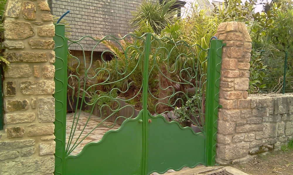 Portail en fer forg jardin sauvage catalogue fer for Porte de jardin en fer